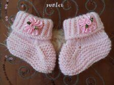 f62cc05e9dd32 chaussons naissance bebe fille en laine rose tricotés à la main petite fleur