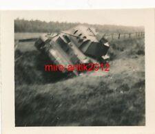 Foto, Soldat R. Heed, Kraftfahrersatzabt. 10, zerstörter Panzer, Belgien, 1940