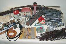 Caja grande con accesorios ferroviarios (h0?), raíles, lámparas de casas y mucho más.