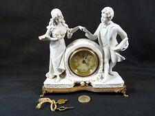 90éléguante petite pendule biscuit XIXéme deux personnage du XVIIIé
