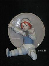 +# A012413_03 Goebel Archiv Ruiz Clown Harlekin vor großer Trommel 11-404 Plombe