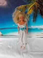 Barbie Puppe, mit weissen Kleid, lange blonde Haare