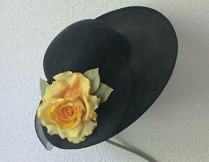 Eleganter Hut … schwarz … schwarze Schleife und zwei Seidenrosen