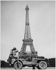 AMERICAN SOLDIERS IN PARIS LOOK ONTO EIFFEL TOWER 8X10 PHOTO WWII 1944