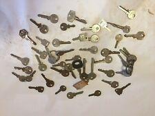 Lot de 98 anciennes clés de serrure auto / maisons / cadenas...autres