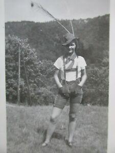 4 Fotos 30er junge sehr hübsche Frau Tracht Lederhose Hut Pfauen-Feder Halstuch