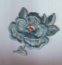 petit patch ou motif a coudre - fleur - tons bleu vert  8/9 cm