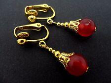 Un par de cortos Dangly Rojo Jade Oro Plateado Clip en pendientes.