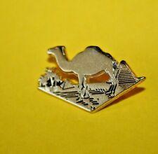 Pins Pin's lapel pin DROMEDARY CAMEL DROMADAIRE CHAMEAU PYRAMIDES PALMIER ZAMAC