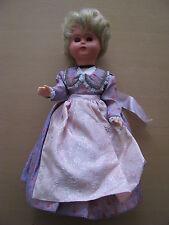 Mädchen Puppe schimmernder Rock Schlafaugen blaue Augen 28 cm lang