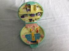 VINTAGE 1989 POLLY POCKET BEACH HOUSE  & TWO FIGURES