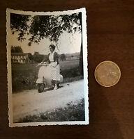Foto dame auf Vespa Motorroller Oldtimer original -