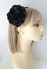 Magnifique serre-tête en satin noir-Aliceband avec grande fleur en tissu à volants