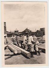 (F16732) Orig. Foto Männer schleppen Holzbalken, Bahnhof vor 1945