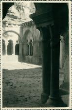 France, Vaison la Romaine (Vaucluse). Cloître, 1955 Vintage silver print. Tira