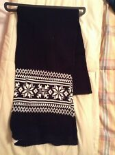 simply styled unisex black and white knit scarf