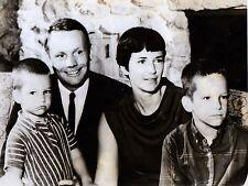 Neil AMSTRONG En Famille CONQUETE SPATIALE  Photographie Presse Originale