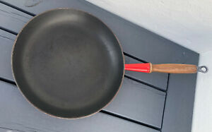 Le Creuset 28cm round frying pan  long wooden handle cerise / red