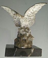 Aigle en bronze patiné sur socle marbre Ancien.