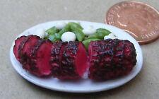 1:12 tranciato ARROSTO CARNE comune su un piatto in ceramica DOLLS HOUSE miniatura carne HW