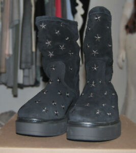 Kanna Wildlederstiefel schwarz mit aufgestickten Sternen