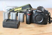 Nikon D90 12.3MP DSLR Cuerpo de Cámara sólo con 3 Baterías, Cargador, Funda Y Correa