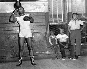 1953 Champion Boxer SUGAR RAY ROBINSON Glossy 8x10 Boxing Photo Training Print