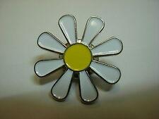 Daisy pin badge. White Hippy daisy. Flower power.