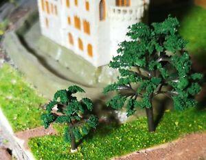 10 dunkelgrüne Bäume mit leicht gefächerten Blättern, je 5 St. 40 und 70 mm hoch