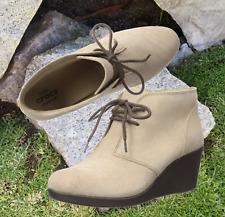 NWT $80 CROCS Leigh Women's Wedge Lace-up Suede Booties Tan Size US 8 / EU 38-39