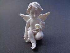 Engel 2 mit Perle in der linken Hand, Keramik, 5 cm hoch