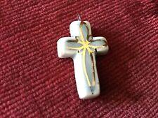 croix ancienne catholique en céramique blanc bleu et or  année 50