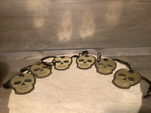 HANGING STRING OF SKULLS Halloween Party Decoration GOLD AND BLACK