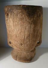 Pilon en bois africain ancien.