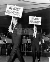 "DEAN MARTIN FRANK SINATRA RAT PACK DEMANDING ""FREE BROADS"" 8X10 PHOTO (DA-403)"