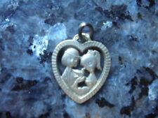 belle  medaille en forme de coeur  des amoureux de peynet en argent..