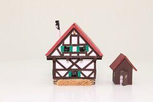 Spur N Fachwerkhaus mit Plumpsklo Laser Cut aus Holz fertig aufgebaut