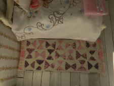 **Miniatur-TEPPICH-BETTVORLEGER*,17,8 x7cm,Puppenstube,rosa-hellcreme,1:12