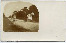 Carte photo . Promenade en carriole . vélos . Jolies femmes en grande toilette .