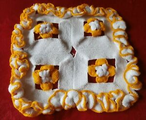 """VINTAGE KNITTED WHITE/YELLOW FINE WOOL SQUARE TABLE MAT/DOILY ~ 10"""" square (25)"""