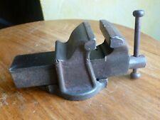 ancien petit étau d'etabli de 45mm  parfaitement fonctionnel pour petits travaux
