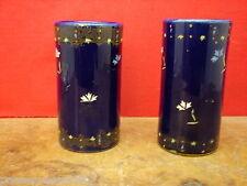 2 anciens vases rouleaux, bleu nuit, décor fleurs émaillées