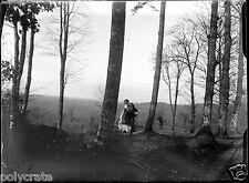 J. femme assise avec chien bois négatif photo verre photo - an. 1910 1920