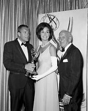 JERRY VAN DYKE, MARY TYLER MOORE AND JIMMY DURANTE IN 1965 - 8X10 PHOTO (ZY-821)