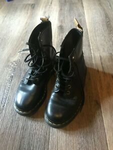 DR. MARTENS Boots Size UK 3, Excellent condition.