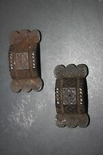 Anciens accessoires - éléments de crémones en fonte décorée - ravissants