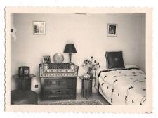 PHOTO ANCIENNE Intérieur Maison Chambre Lit Tableau Table de Chevet 1952 Vintage