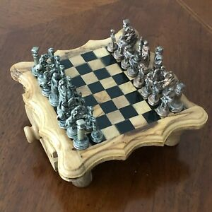 Scacchiera in  legno d'ulivo artigianale con pezzi in metallo