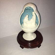 24d0042b7d1 Porcelana Huevo Natividad forma con base de madera conjunto de 2 piezas