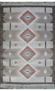 Rölakan carpet with geometric pattern in brown / red hues.